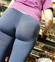 Milf's ass overstretch her blueish tights