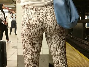 Hot front and back in animal pattern leggings