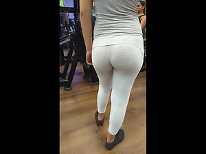 Short girl exercising her bubble butt in gym Picture 3
