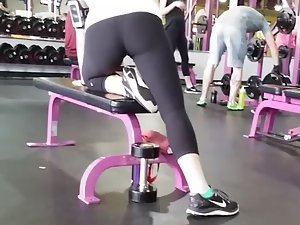 Gym voyeur watches fit girl's ass