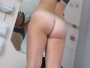 Voyeur spies her ass in a tanning booth Picture 1