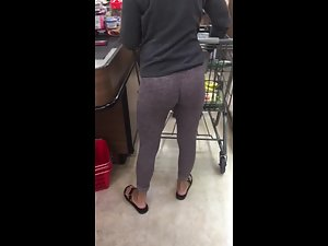 Tight leggings show off her ass and crack Picture 2