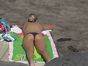 Blonde likes to be on all fours