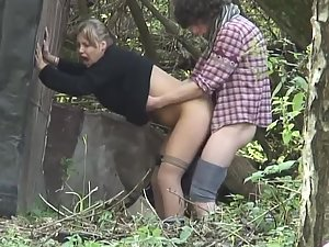 Teens caught while hiding and fucking in park