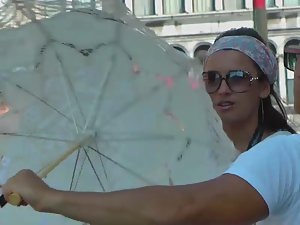 Incredible upskirt of a tourist babe Picture 1