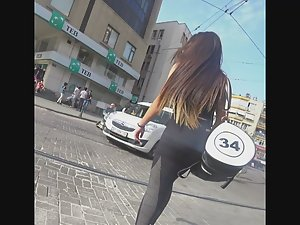 Fit babe on her way to the gym Picture 1