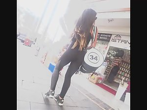 Fit babe on her way to the gym Picture 4