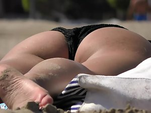 Hot asses all over the beach Picture 1