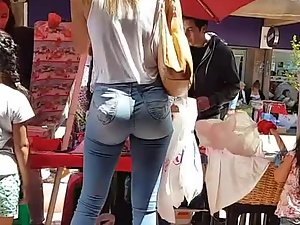 Sexy milf got amazing ass in jeans
