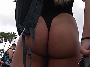 Raver girl's ass doesn't stop shaking