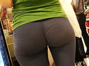 Amazing ass cheeks in very loose leggings