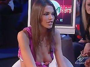 Girl Shows Boobs Accidentally