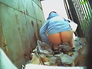Girl spied as she pissed in an alley