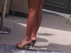 Creepshot of sexy milf's perfect legs