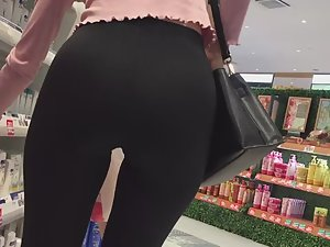 Elliptical ass and gap between thighs Picture 1