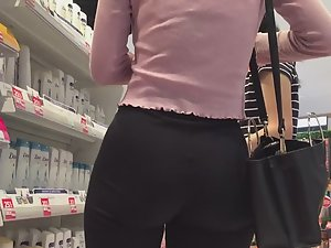 Elliptical ass and gap between thighs Picture 2