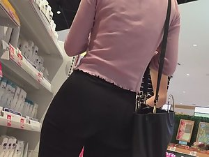 Elliptical ass and gap between thighs Picture 3