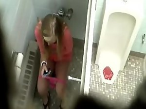 Hot girl spied while pissing and texting