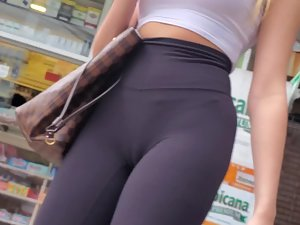 Stalking a sporty girl to see her ass and cameltoe