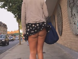 Wind reveals a hot round ass in upskirt