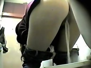 Strong pussy leak gets peeped on
