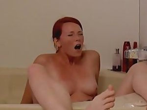 Sister's orgasm spied in the bathtub