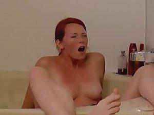 Sister's orgasm spied in the bathtub