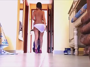 Naked babe opens door to delivery guy Picture 1
