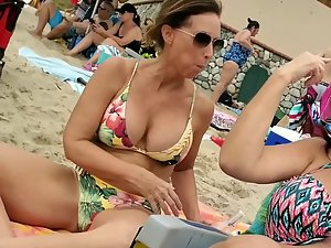 Curvy milf peeped while she enjoys the beach