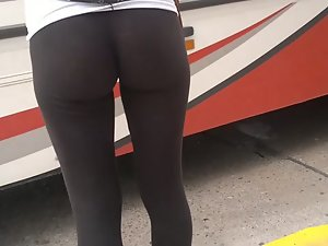 Tight leggings are deep in her ass Picture 4