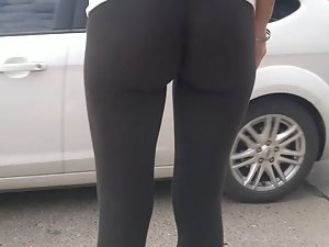 Tight leggings are deep in her ass Picture 8