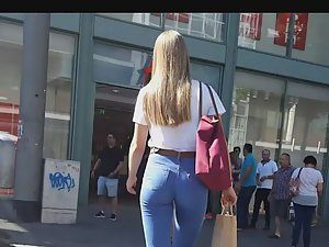 Shocking cameltoe of teen girl in jeans Picture 8