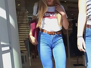 Shocking cameltoe of teen girl in jeans