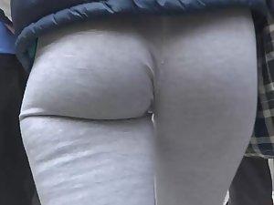 Voyeur follows hot ass in tights