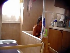 Teen girl spied in the bath tub