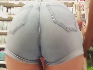 Hot girl with glasses bends over right in front of me