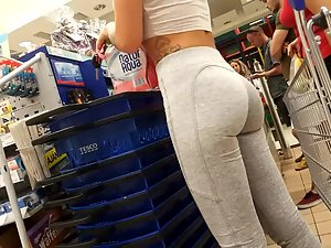 Peeping on epic ass of a fit girl in store Picture 2