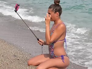 Beach babe tirelessly posing for sexy selfies