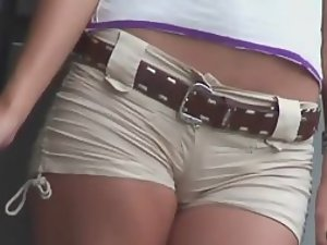 Thriving cameltoe on a teen girl