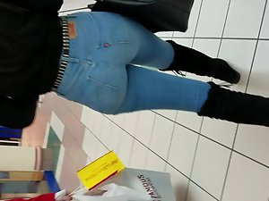 Hot black girl's body line in jeans Picture 1