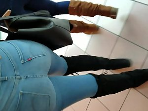 Hot black girl's body line in jeans Picture 7