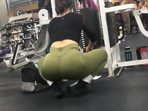 Peeping on thick girl exercising her biceps