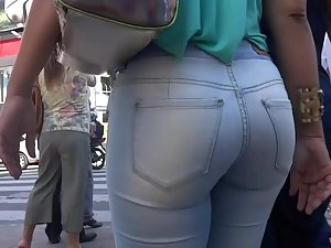 Ass fills up jeans very nicely