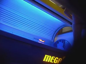 Mature lady wipes the tanning machine Picture 4