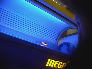 Mature lady wipes the tanning machine Picture 5