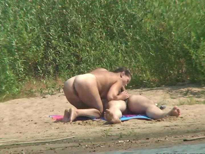 seks-na-rechke-skritaya-kamera-onlayn-moetsya-dushe