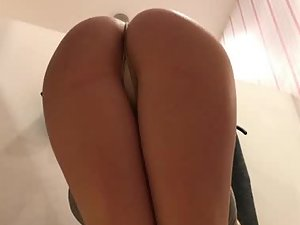 Spying on girl that likes to emphasize her ass