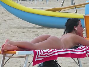 Exciting beach girl caught by voyeur